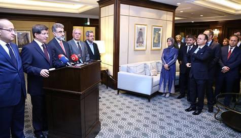 Bakü'de bulunan Başbakan Davutoğlu, 49 konsolosluk çalışanının serbest kaldığı ile ilgili açıklaması