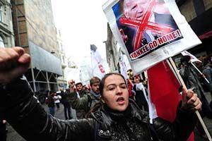 Joe Biden'ın Türkiye'ye gelişi Taksim'de da protesto edildi.