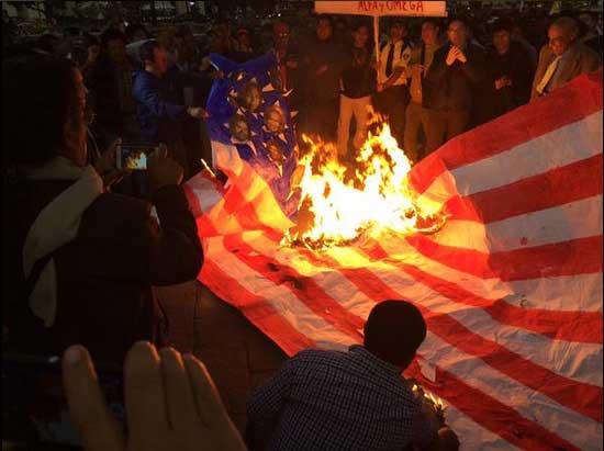 Arjantin halkı başkentte ABD bayrağını yaktı