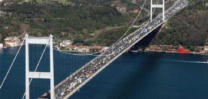 Otoyolları geçişleri yüzde 15, Boğaz köprüleri geçişlerde yüzde 48 zam, Osmangazi Köprüsü'nde ise yüzde 26 oranında indirim yapıldı