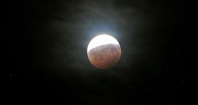 Gökbilimciler, Ay'daki esrarengiz parlamaların nedenini açıkladı