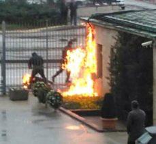 Maddi sıkıntılar çektiğini belirten bir vatandaş TBMM önünde kendisini yaktı